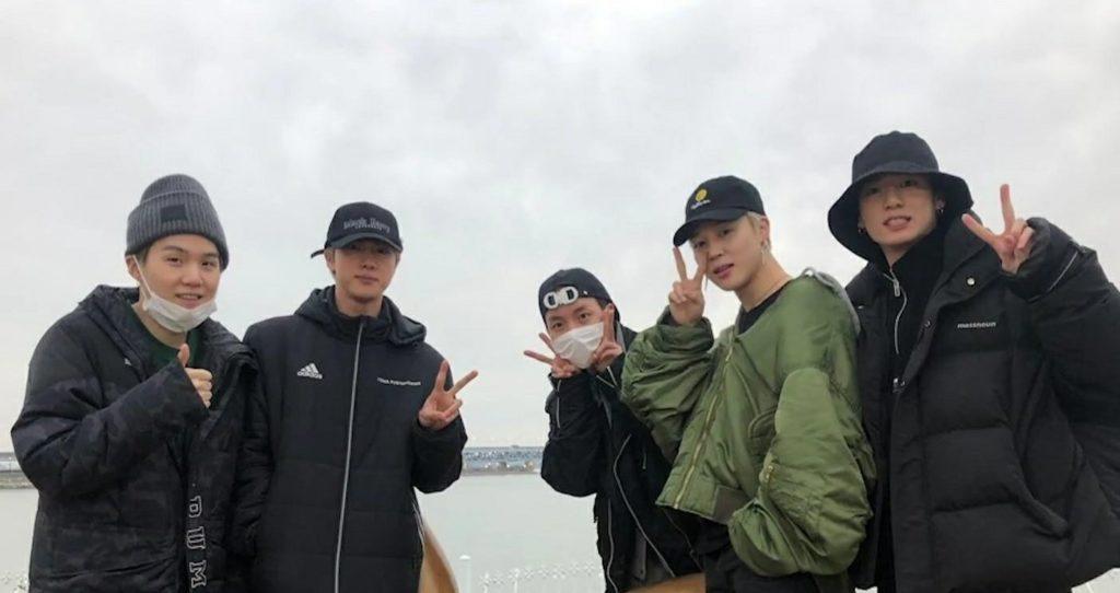 帽子を被るBTSの5人